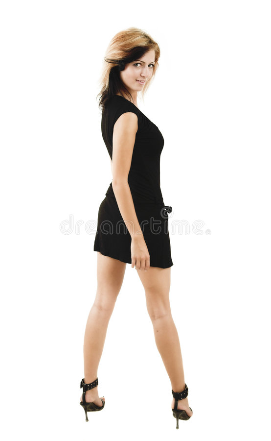Schöne stilvolle Frau, die in einem netten schwarzen Kleid aufwirft stockbild