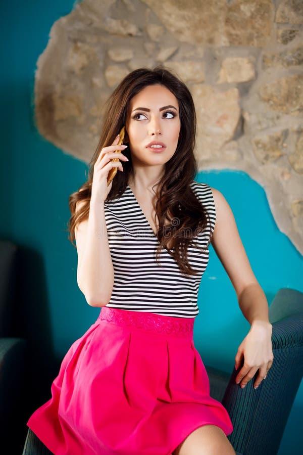 Schöne stilvolle Frau, die am Telefon spricht lizenzfreies stockbild