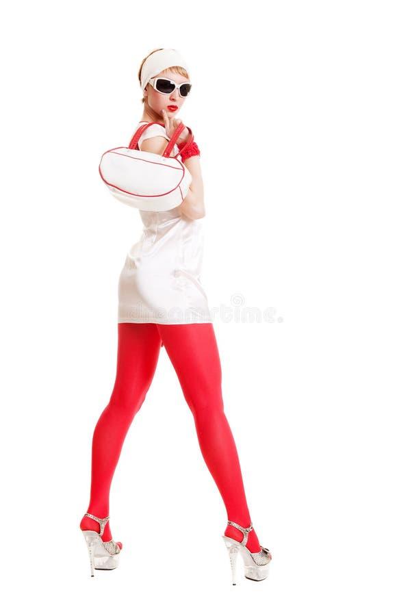 Schöne stilvolle Frau im weißen Kleid lizenzfreies stockbild