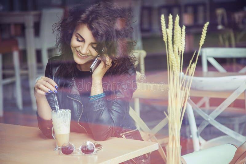 Schöne stilvolle kaukasische Frau des Brunette in der zufälligen Ausstattung auf a stockfoto