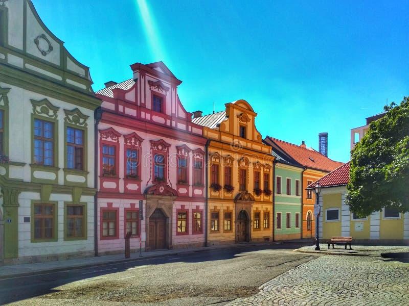 Schöne Straße einer europäischen Stadt stockbilder