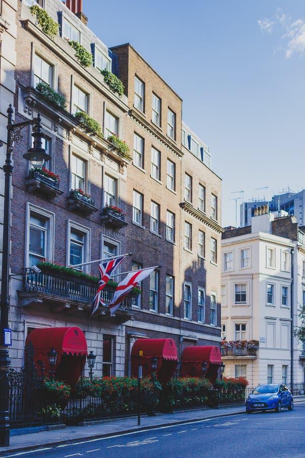 Schöne Straßen mit historischen Gebäuden in Mayfair, ein afflu lizenzfreie stockfotos