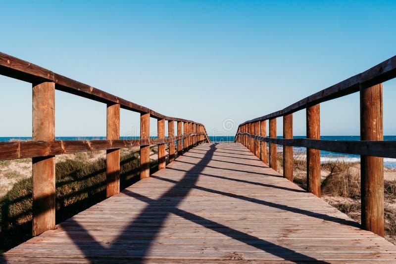 Schöne Strandlandschaft bei Sonnenuntergang Holzbrücke Blauer Himmel stockbilder