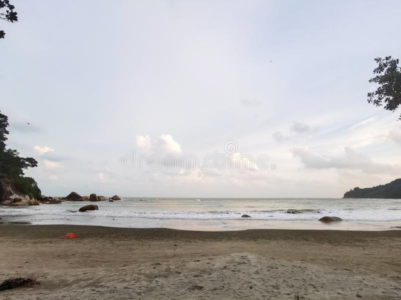 Schöne Strandlandschaft am Strand Teluk Cempedak, Kuantan, Malaysia lizenzfreie stockfotos