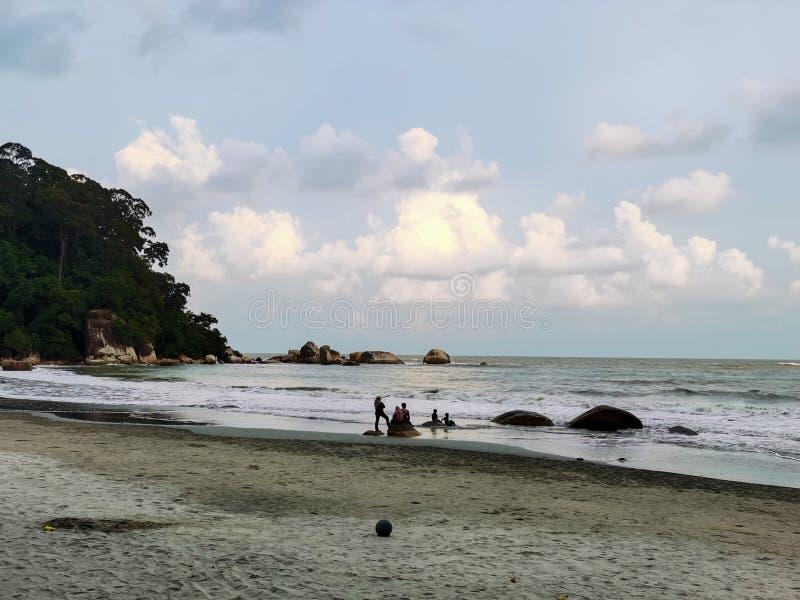 Schöne Strandlandschaft am Strand Teluk Cempedak, Kuantan, Malaysia stockfotografie
