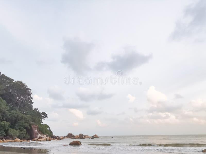 Schöne Strandlandschaft am Strand Teluk Cempedak, Kuantan, Malaysia lizenzfreies stockbild