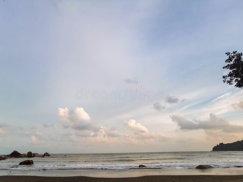 Schöne Strandlandschaft am Strand Teluk Cempedak, Kuantan, Malaysia lizenzfreie stockbilder