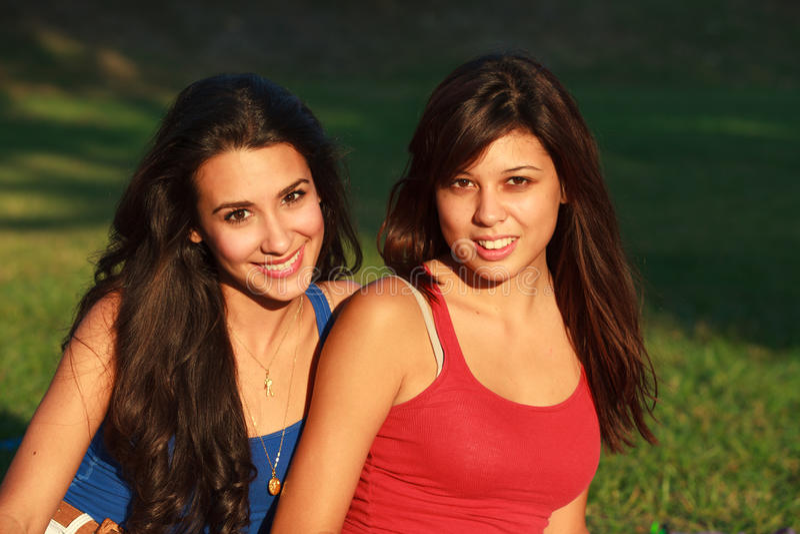 Schöne Studentinnen lizenzfreie stockfotografie