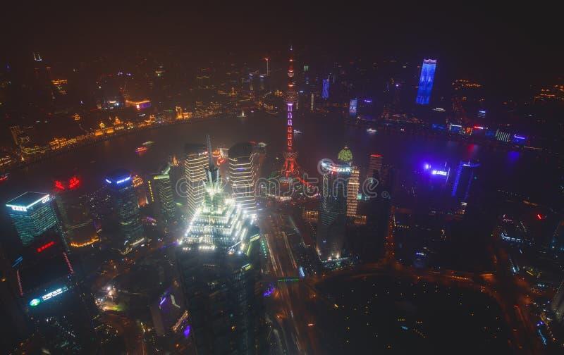 Schöne Superweitwinkelnachtvogelperspektive von Shanghai, China mit Pudong-Bezirk, Fernsehturm, der Promenade und Landschaft über lizenzfreies stockfoto
