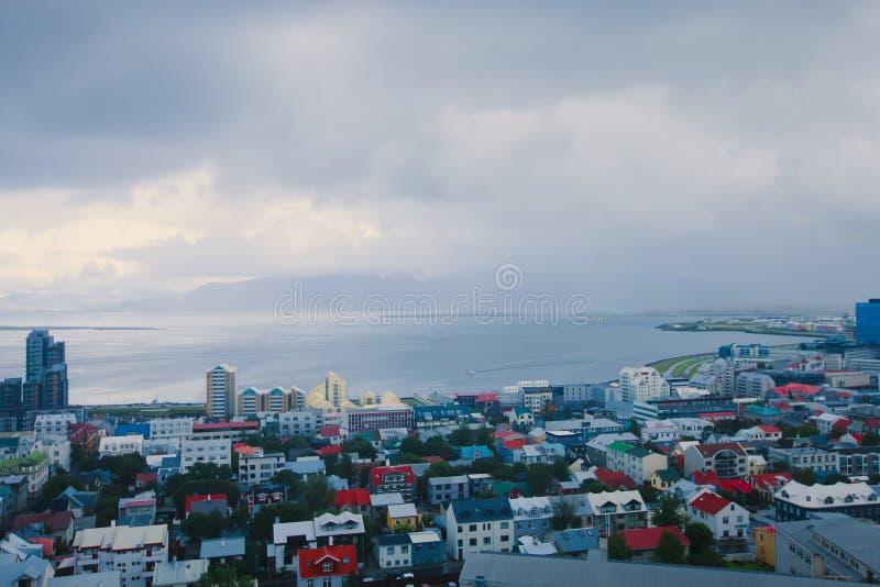 Schöne Superweitwinkelvogelperspektive von Reykjavik, Island mit Hafen- und Skylinebergen und Landschaft über der Stadt hinaus, g stockfotografie