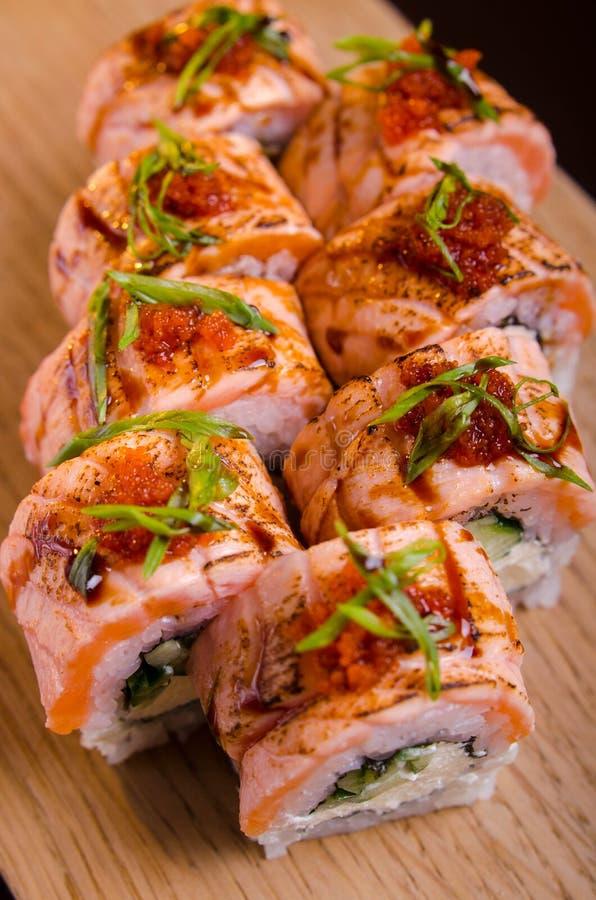 Schöne Sushirollen mit Thunfisch auf einer hölzernen Planke Japanische Sushi mit Fischen im ukrainischen Meeresfrüchterestaurant  stockfotografie