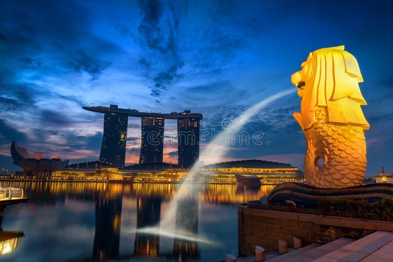Schöne Szene auf Sonnenaufgang im Geschäftsstadtzentrum von Singapur , Dämmerungsszene lizenzfreie stockfotografie