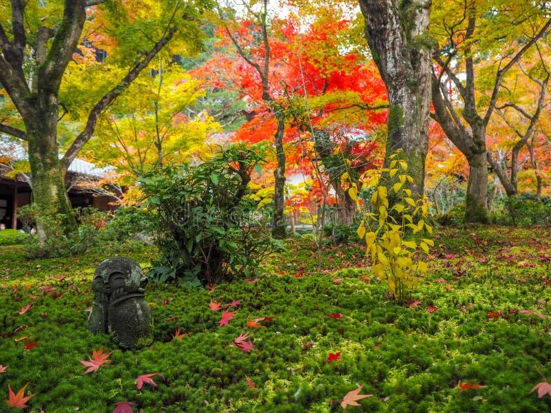 Schöne Szene des Gartens mit bunten Ahornbäumen und des Stein-Buddha-Statue jiso im japanischen Tempel, Kyoto stockfotografie
