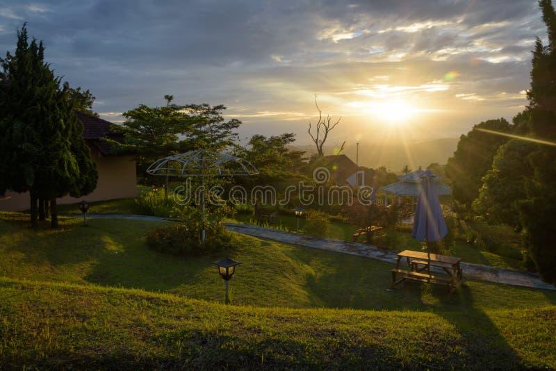 Schöne Szene des Sonnenaufgangs oder Sonnenuntergang auf dem Hinterhof des Bandungan-Hügel-Hotels und Erholungsort auf Semarang,  stockfotografie