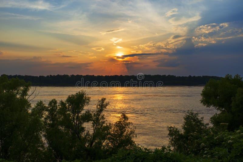 Schöne Szene mit dem Fluss Mississipi bei Sonnenuntergang nahe der Stadt von Vicksburg im Staat von Mississippi stockbilder