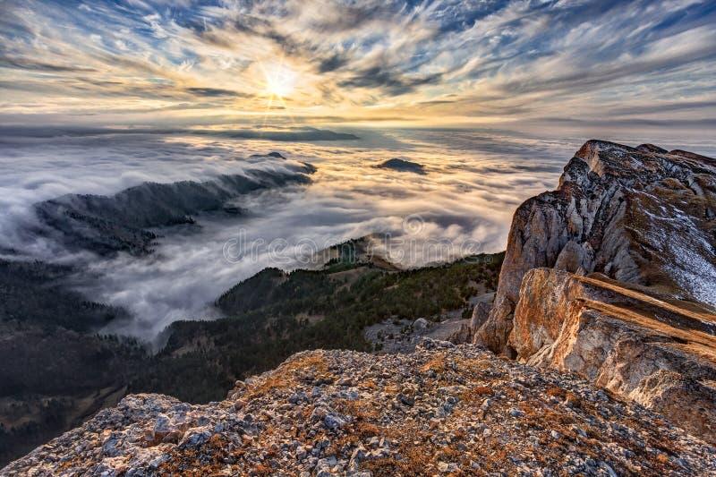 Schöne szenische drastische Sonnenunterganglandschaft des blauen Himmels des Herbstes des Wolkenleichentuchs bedeckte West-Kaukas stockfotos