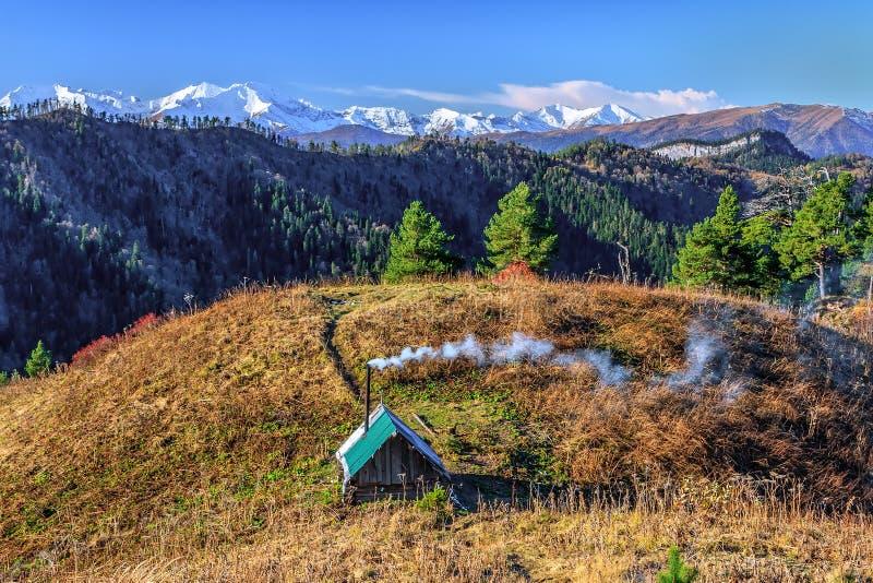 Schöne szenische Herbstlandschaft von schneebedeckten Bergspitzen Haupt-Kaukasus-Gebirgsrückens unter blauem Himmel am sonnigen T lizenzfreie stockfotos