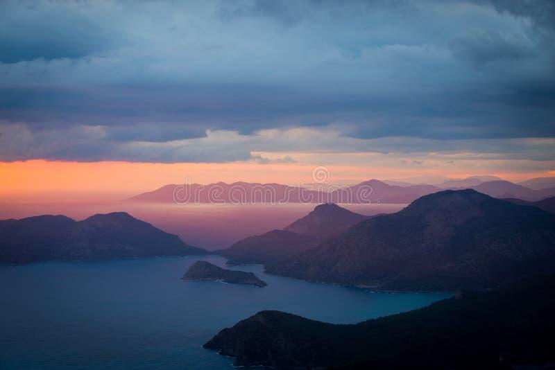 Schöne Tapete für Ihren Desktop, Landschaftssonnenuntergangküste von stockfoto