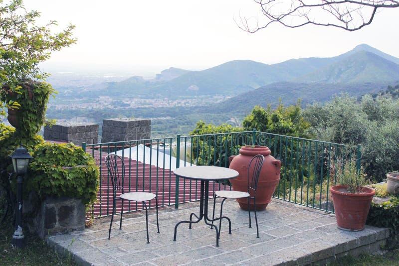 Schöne Terrasse mit Tabelle lizenzfreie stockbilder