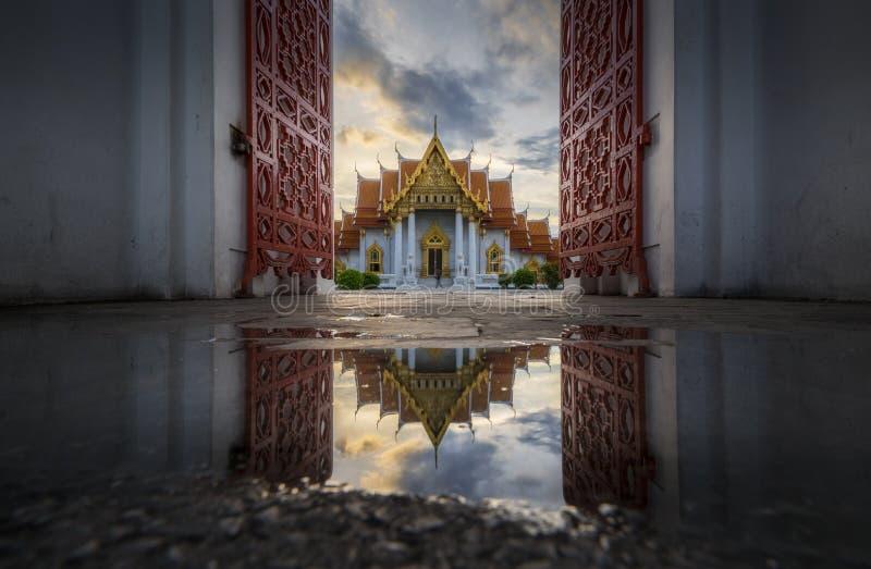 Schöne thailändische Architektur des Marmortempeltors lizenzfreie stockfotografie