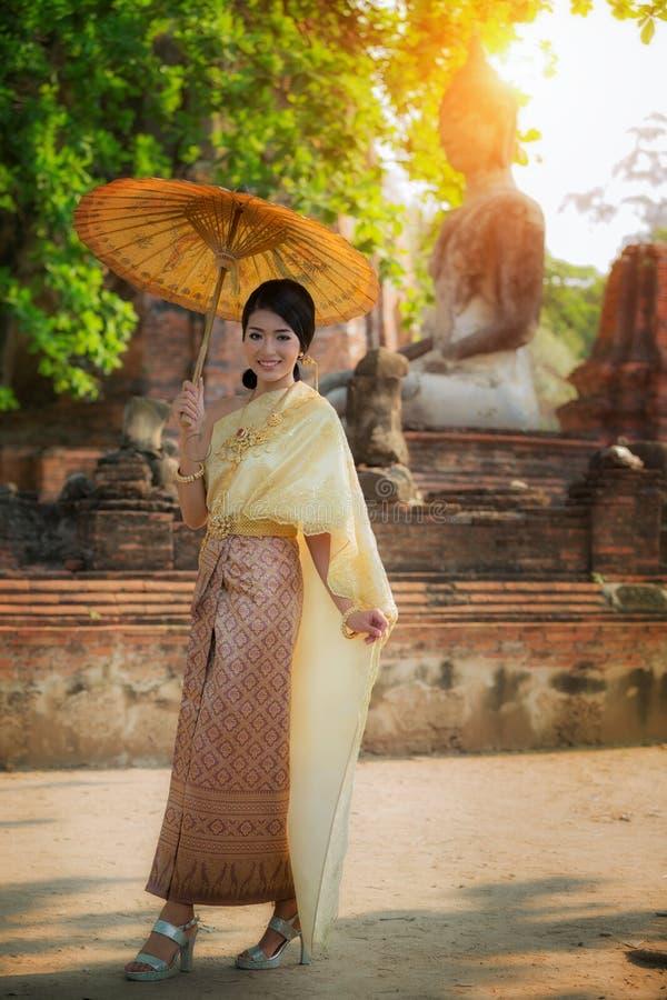Schöne thailändische Kleiderdame an historischem Park Ayuthaya lizenzfreie stockfotos