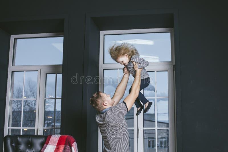 Schöne Tochter des kleinen Mädchens Kindermit Vater Weihnachten ist- im Haus glücklich stockfotografie