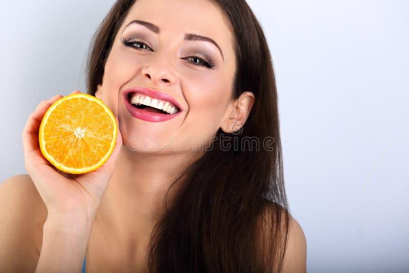 Schöne toothy lachende emotionale Brunettefrau mit gesundem stockfotos