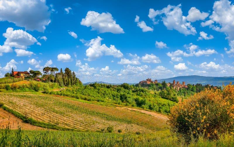 Schöne toskanische Landschaft mit historischem San Gimignano, Certaldo, Toskana, Italien lizenzfreie stockfotografie