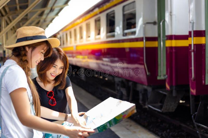Schöne touristische Frauen des Porträts Attraktives schönes Mädchen ist s lizenzfreie stockfotos