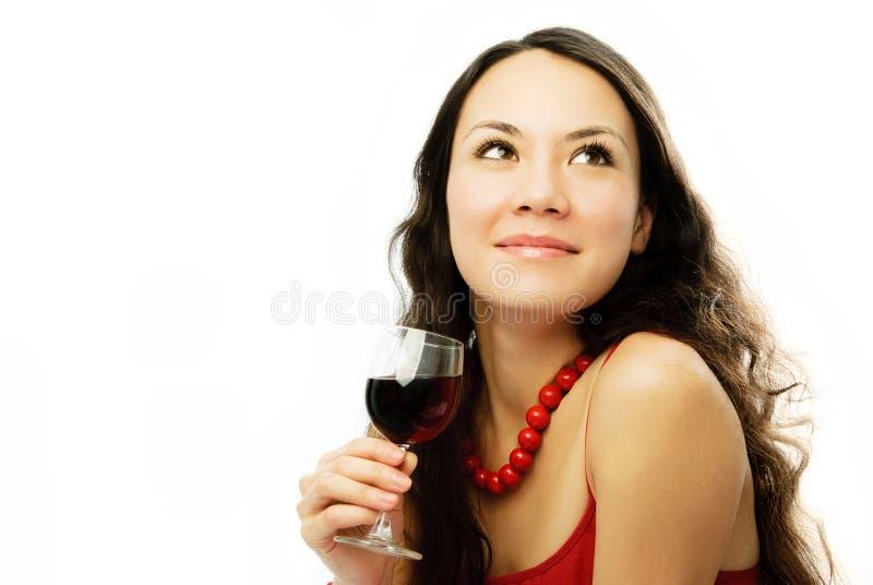 Schöne träumerische Frau mit einem Glas der Rebe lizenzfreie stockfotos