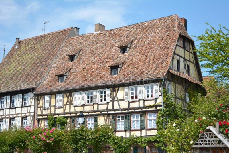 Schöne traditionelle europäische Artfachwerkhäuser im Stadtzentrum von Wissembourg in Frankreich lizenzfreies stockfoto