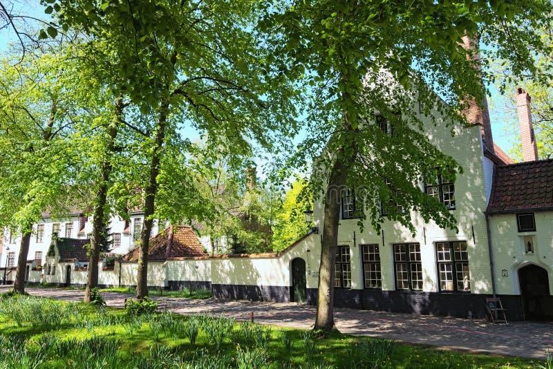Schöne traditionelle Häuser in der alten Stadt von Brügge-Holländern: Brügge, Belgien Frühlingslandschaftsfoto stockfotos