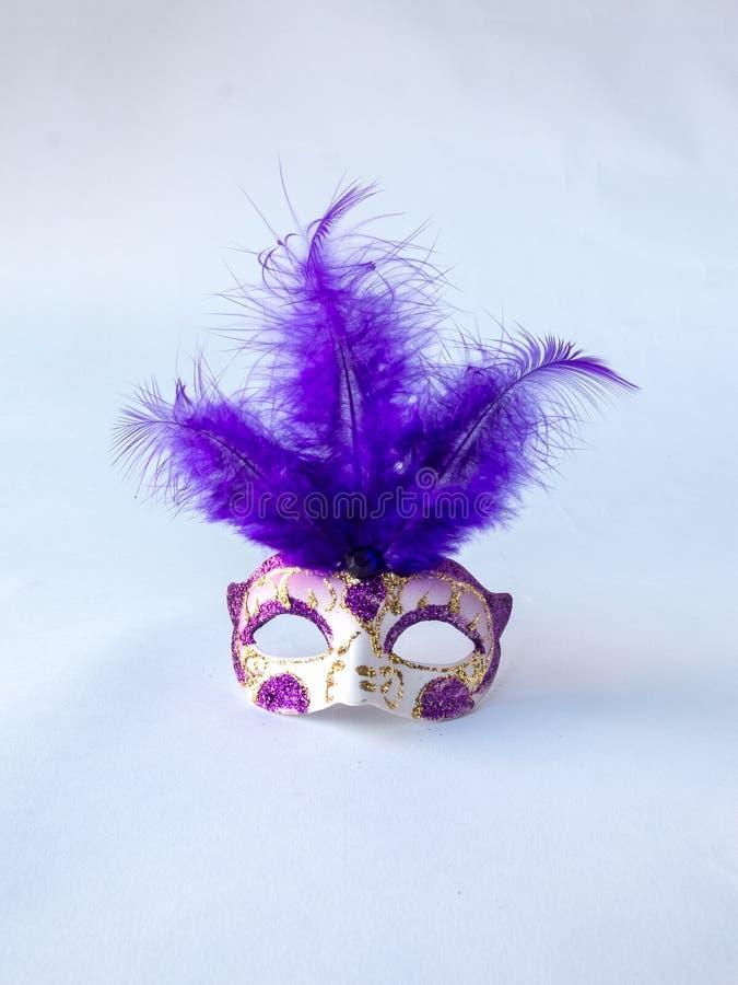 Schöne traditionelle venetianische Art purpurrot und weiß mit langer Feder-Karnevals-Maske, herrliches Maskerade-Zubehör auf Weiß stockbild