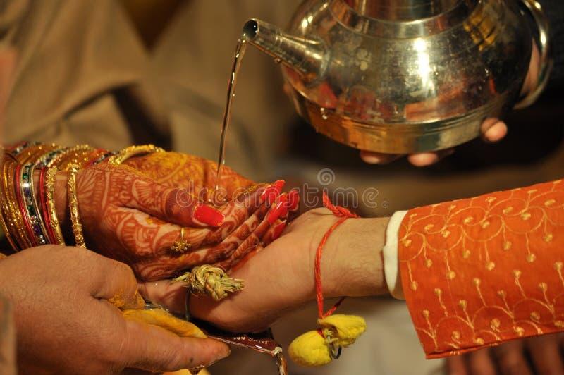 Schöne Traditionen der indischen hindischen Hochzeit lizenzfreie stockfotografie