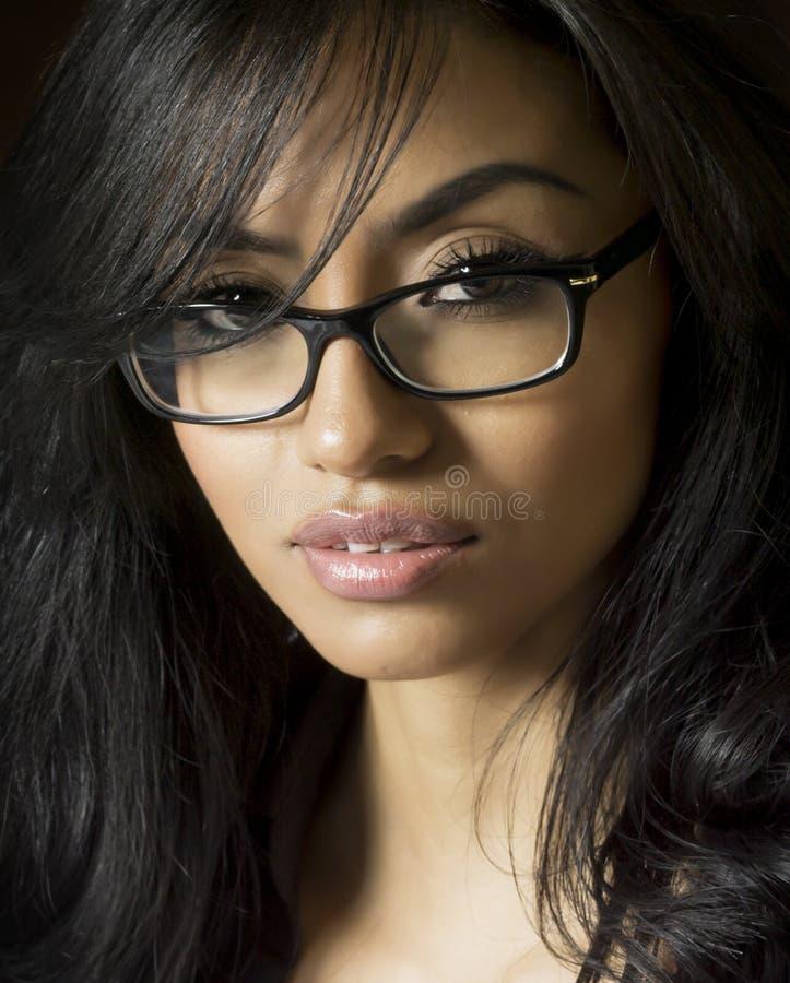 Schöne tragende Lesebrille der jungen Frau lizenzfreies stockfoto