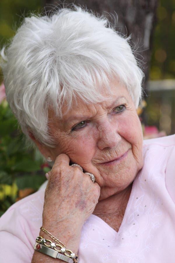 Schöne traurige ältere Frau stockbild