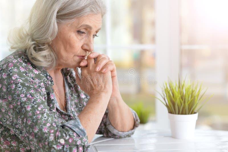 Schöne traurige ältere Frau lizenzfreie stockfotos