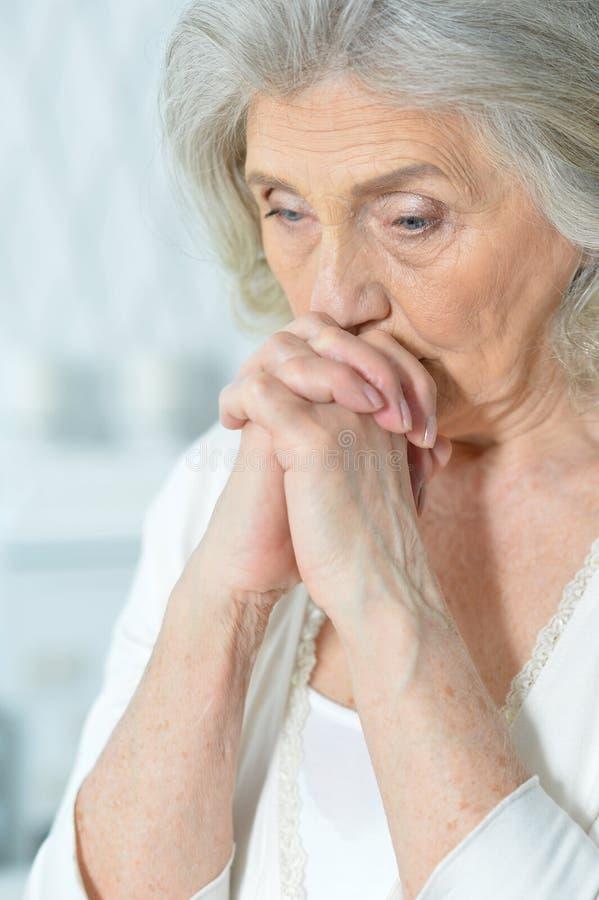 Schöne traurige ältere Frau stockfotos
