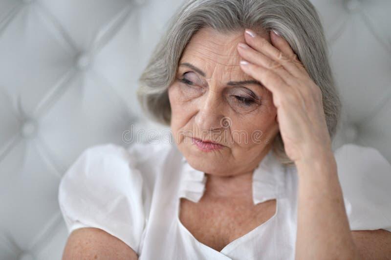 Schöne traurige ältere Frauennahaufnahme stockfoto