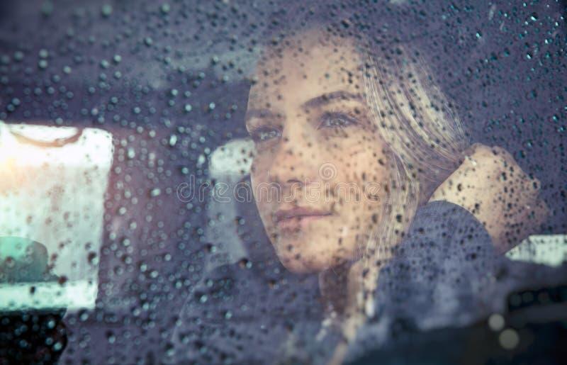 Schöne traurige Frau im Auto stockbilder