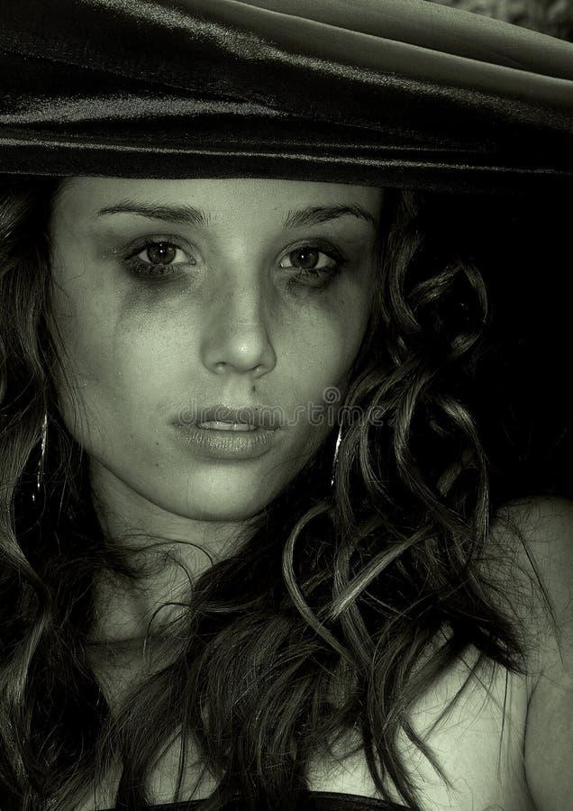 Schöne traurige Frau schreit Krise, schüchternd ein frustriert stockfotografie