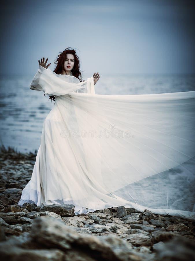 Schöne Traurige Junge Frau Im Weißen Kleid, Das Auf Seeküste Steht ...