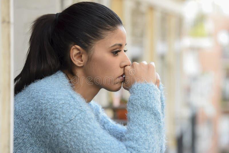 Schöne traurige und hoffnungslose hispanische Frau, die durchdachtes frustriertes der Krise erleidet lizenzfreie stockfotos