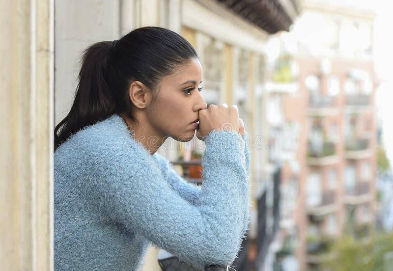 Schöne traurige und hoffnungslose hispanische Frau, die durchdachtes frustriertes der Krise erleidet stockfotos