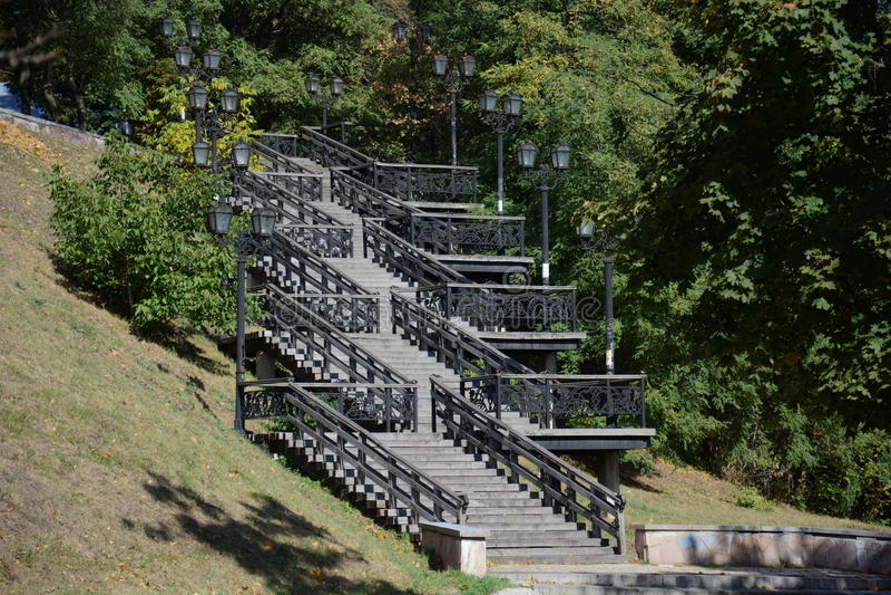 Schöne Treppe im Park stockfotografie