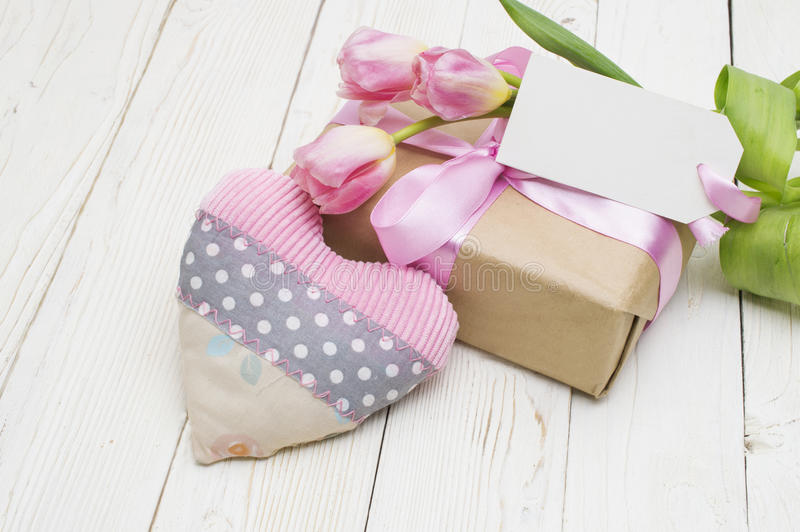 Schöne Tulpen mit Geschenkbox glücklicher Muttertag, romantisches Stillleben, frische Blumen lizenzfreies stockbild