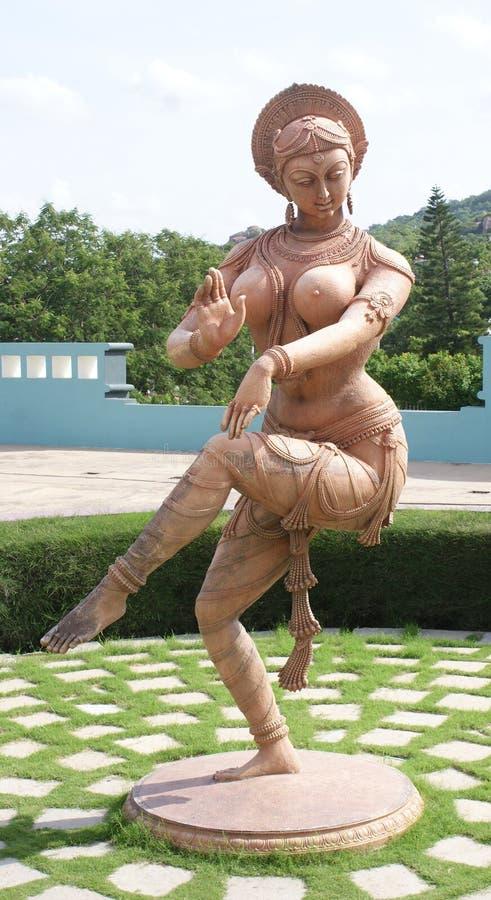 Schöne u. verwickelte Skulptur einer Tanzenfrau in der Ramoji-Film-Stadt, Hyderabad lizenzfreies stockbild