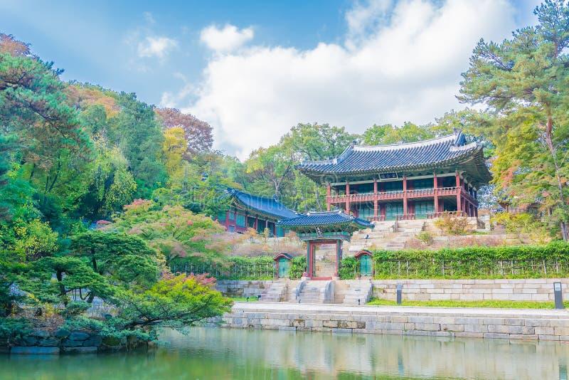 Schöne und alte Architektur in Changdeokgungs-Palast in Seoul stockfotos
