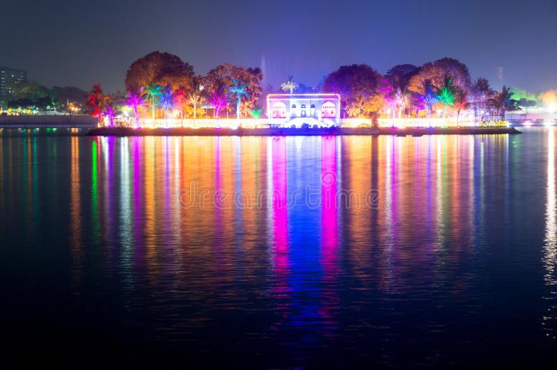 Schöne und bunte Lichter reflektiert im Wasser von kankaria See Ahmedabad, Gujarat lizenzfreie stockbilder