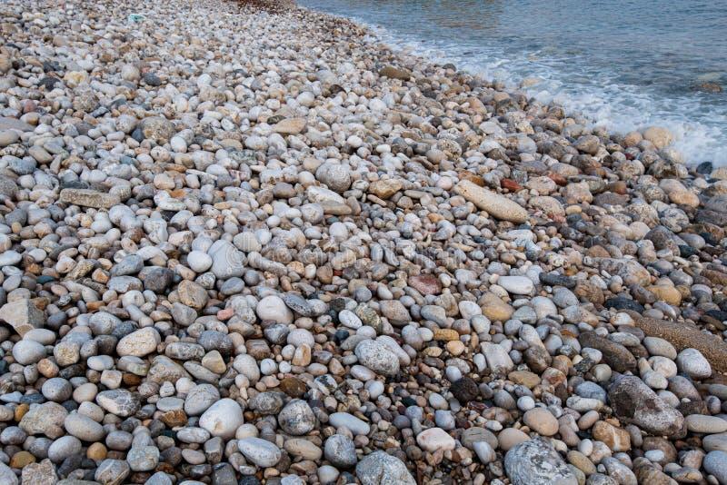 Schöne und bunte Seekiesel auf dem Strand stockfoto